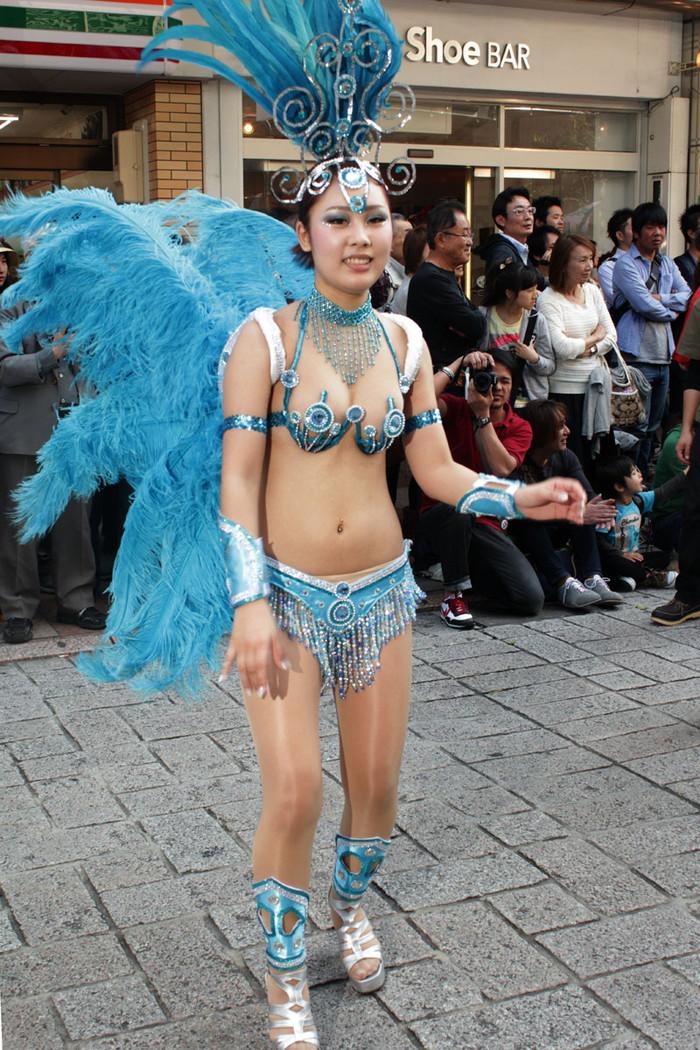 【サンバエロ画像】日本にもあった!本場さながらの衣装で踊るサンバ祭り! 05