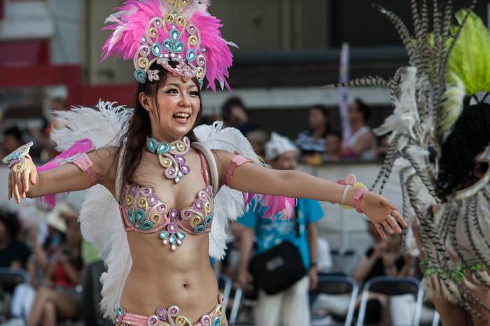 【サンバエロ画像】日本にもあった!本場さながらの衣装で踊るサンバ祭り! 08