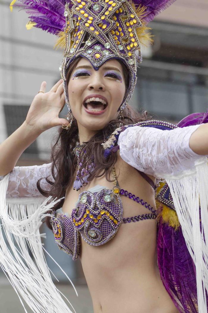 【サンバエロ画像】日本にもあった!本場さながらの衣装で踊るサンバ祭り! 09