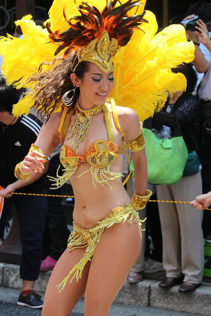【サンバエロ画像】日本にもあった!本場さながらの衣装で踊るサンバ祭り! 11