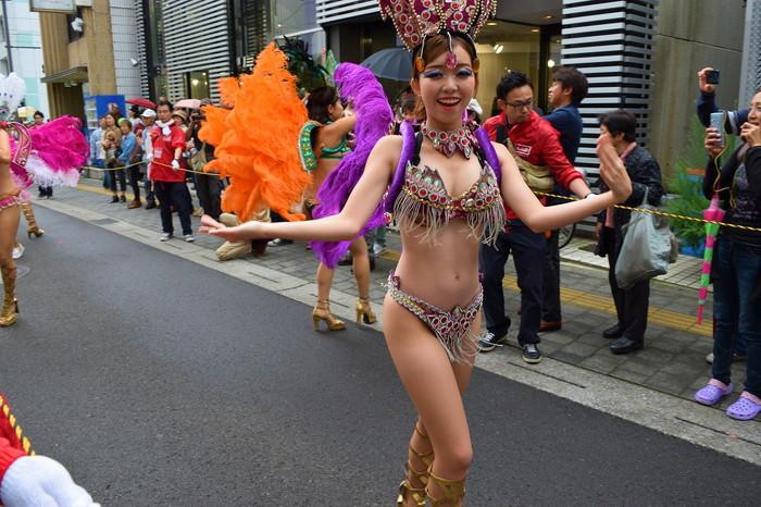 【サンバエロ画像】日本にもあった!本場さながらの衣装で踊るサンバ祭り! 13