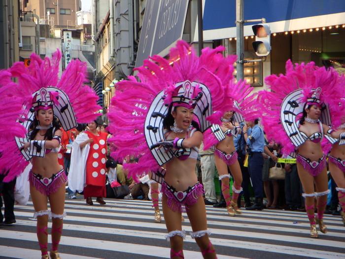【サンバエロ画像】日本にもあった!本場さながらの衣装で踊るサンバ祭り! 14