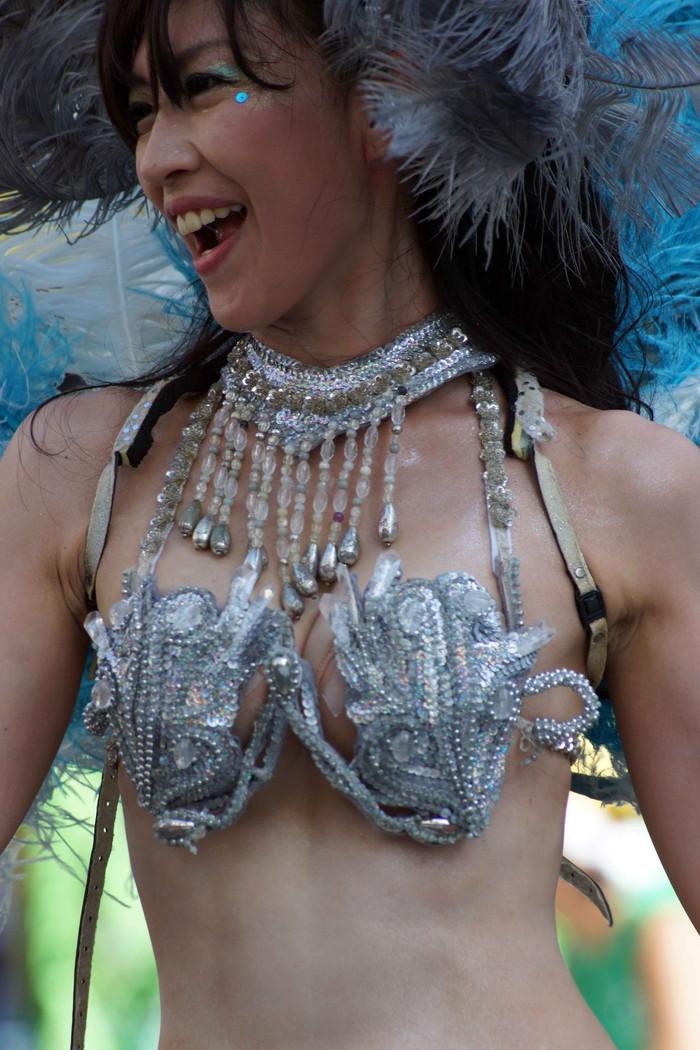 【サンバエロ画像】日本にもあった!本場さながらの衣装で踊るサンバ祭り! 17