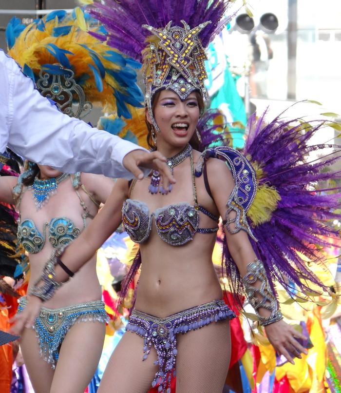 【サンバエロ画像】日本にもあった!本場さながらの衣装で踊るサンバ祭り! 18