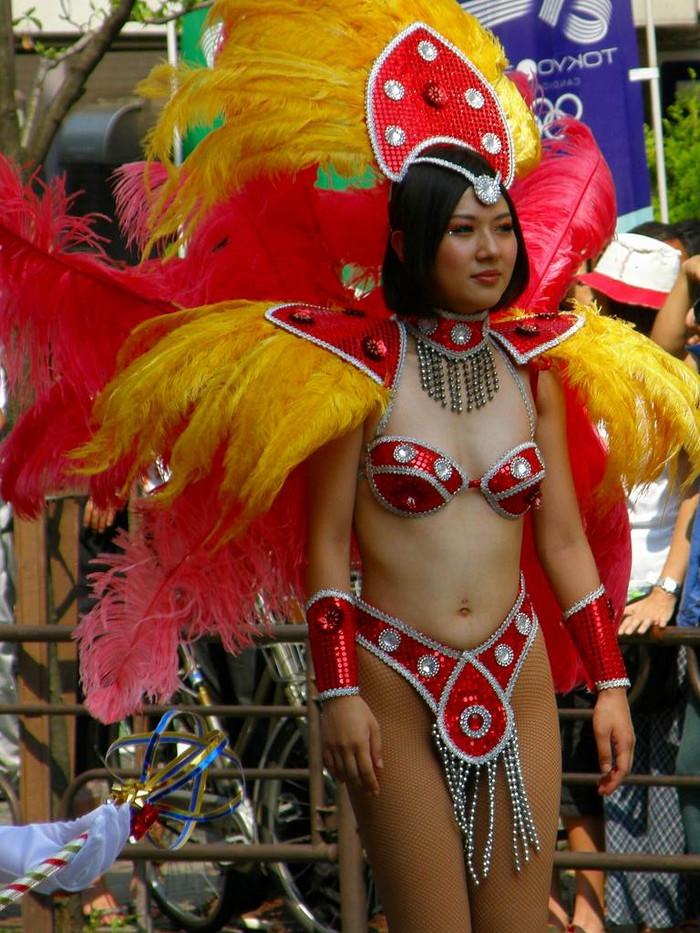 【サンバエロ画像】日本にもあった!本場さながらの衣装で踊るサンバ祭り! 23