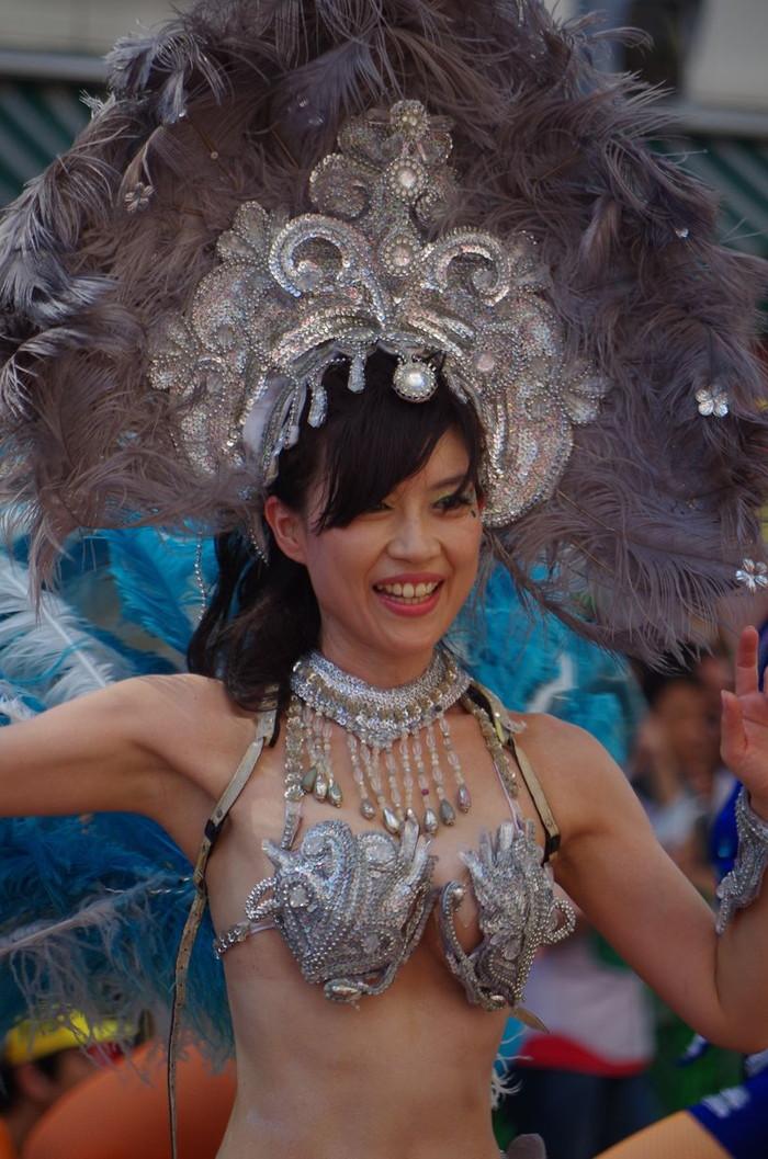 【サンバエロ画像】日本にもあった!本場さながらの衣装で踊るサンバ祭り! 24