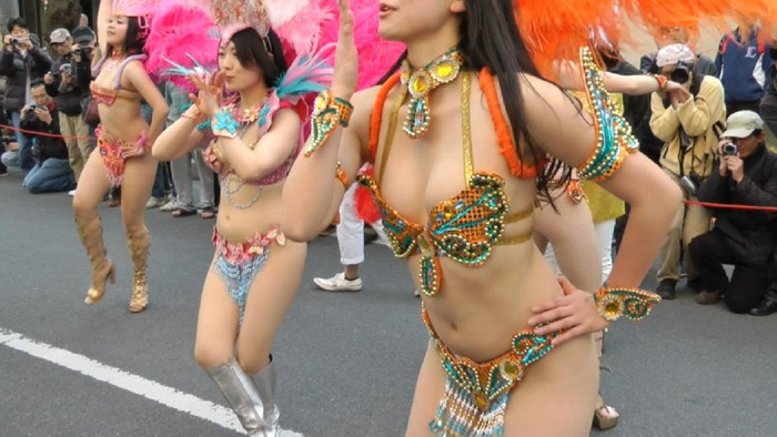 【サンバエロ画像】日本にもあった!本場さながらの衣装で踊るサンバ祭り! 26