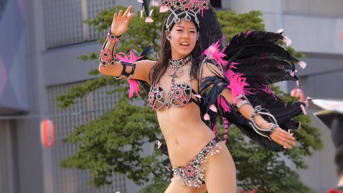 【サンバエロ画像】日本にもあった!本場さながらの衣装で踊るサンバ祭り! 27