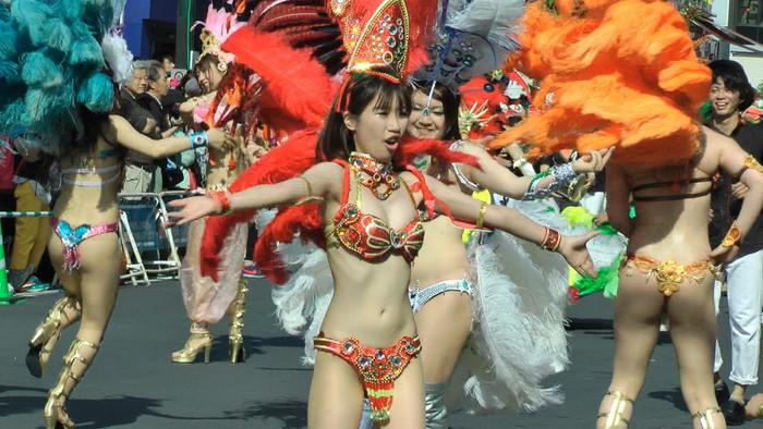【サンバエロ画像】日本にもあった!本場さながらの衣装で踊るサンバ祭り! 28