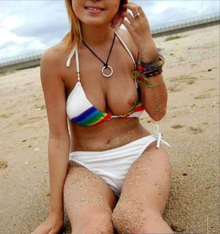 【水着おっぱいエロ画像】予期せぬ胸ポチからおっぱいポロリまで水着ハプニング! 01