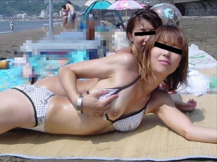 【水着おっぱいエロ画像】予期せぬ胸ポチからおっぱいポロリまで水着ハプニング! 02