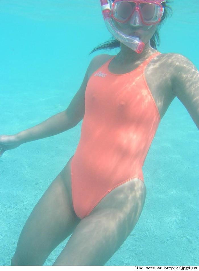 【水着おっぱいエロ画像】予期せぬ胸ポチからおっぱいポロリまで水着ハプニング! 22