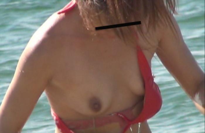【水着ハプニングエロ画像】こんな少ない布で隠そうっても隠し切れない件w 03