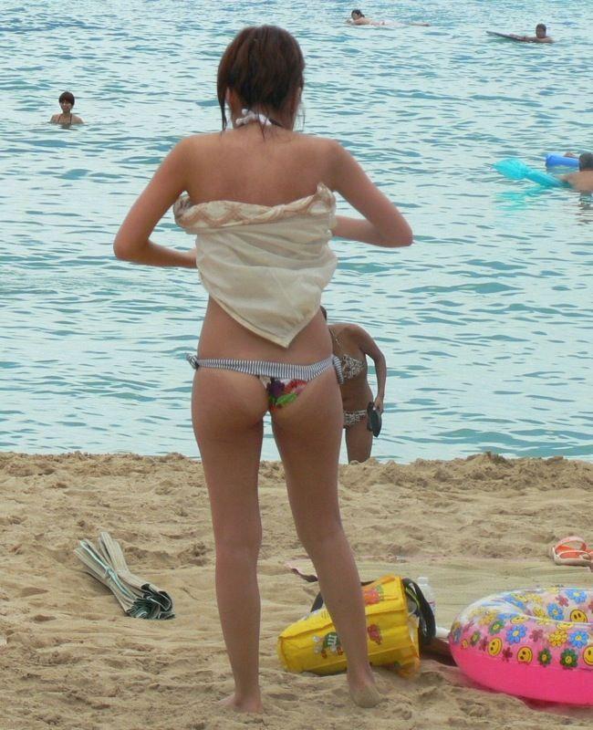 【水着ハプニングエロ画像】こんな少ない布で隠そうっても隠し切れない件w 24