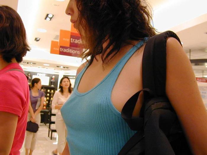 【乳首透けエロ画像】着衣の上からでもはっきり解る!乳首が透けちゃった! 14