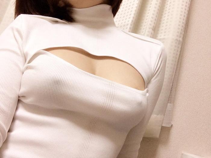 【乳首透けエロ画像】着衣の上からでもはっきり解る!乳首が透けちゃった! 18
