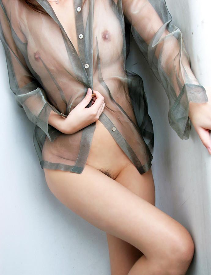 【乳首透けエロ画像】着衣の上からでもはっきり解る!乳首が透けちゃった! 27
