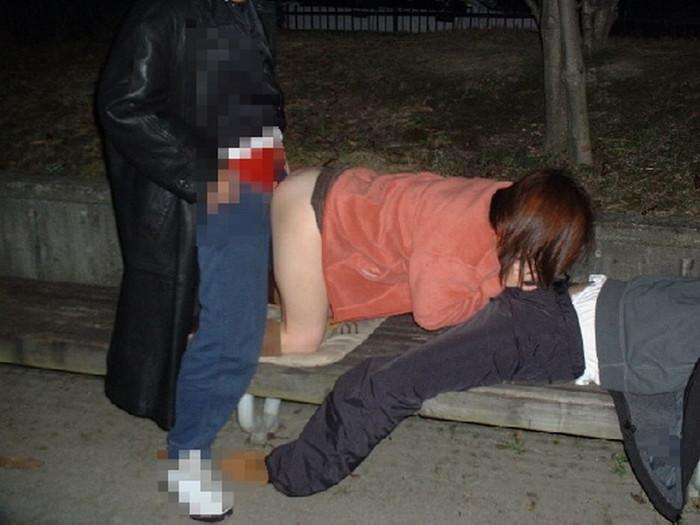 【青姦エロ画像】野外で快楽を貪る青姦カップルたちの恥ずかしい姿 14