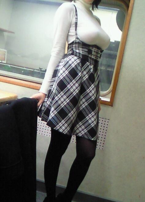 【着衣エロ画像】脱いでるわけじゃないのに妙にエロい!着衣エロってこんなん? 02