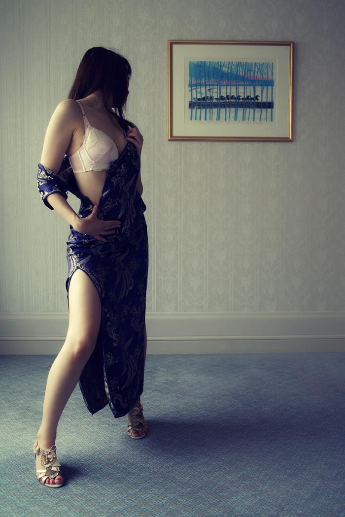 【チャイナドレスエロ画像】チャイナドレスの太もものスリッドって妙にエロいと思う件。 22