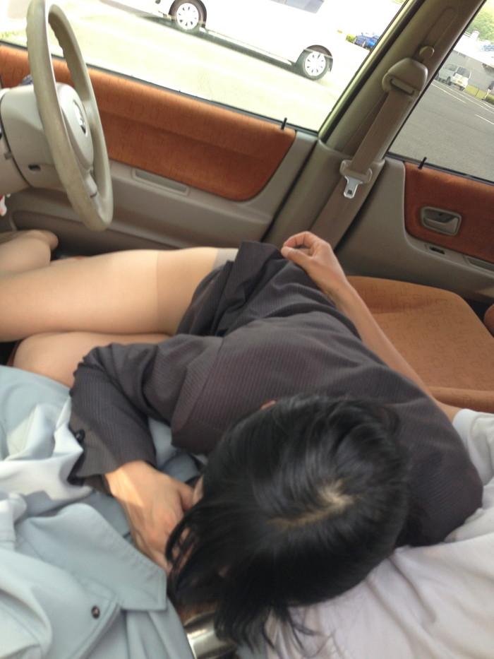 【カーセックスエロ画像】車の中で辺りも気にせずセックスに励むカップル 02