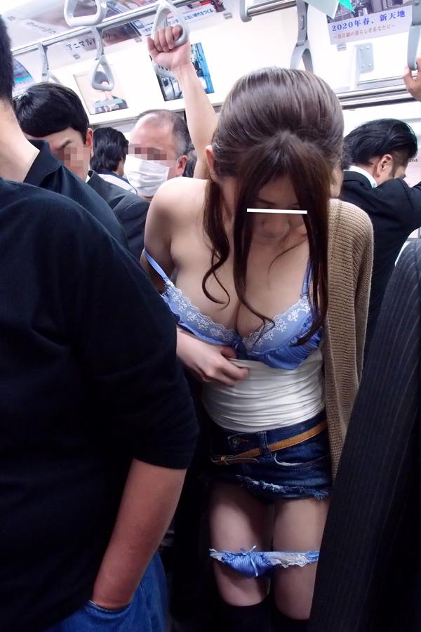 【痴漢エロ画像】満員電車で女性に忍び寄る痴漢の魔の手…痴漢に襲われる女たち 03