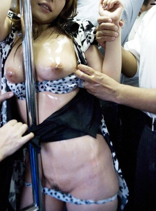 【痴漢エロ画像】満員電車で女性に忍び寄る痴漢の魔の手…痴漢に襲われる女たち 17