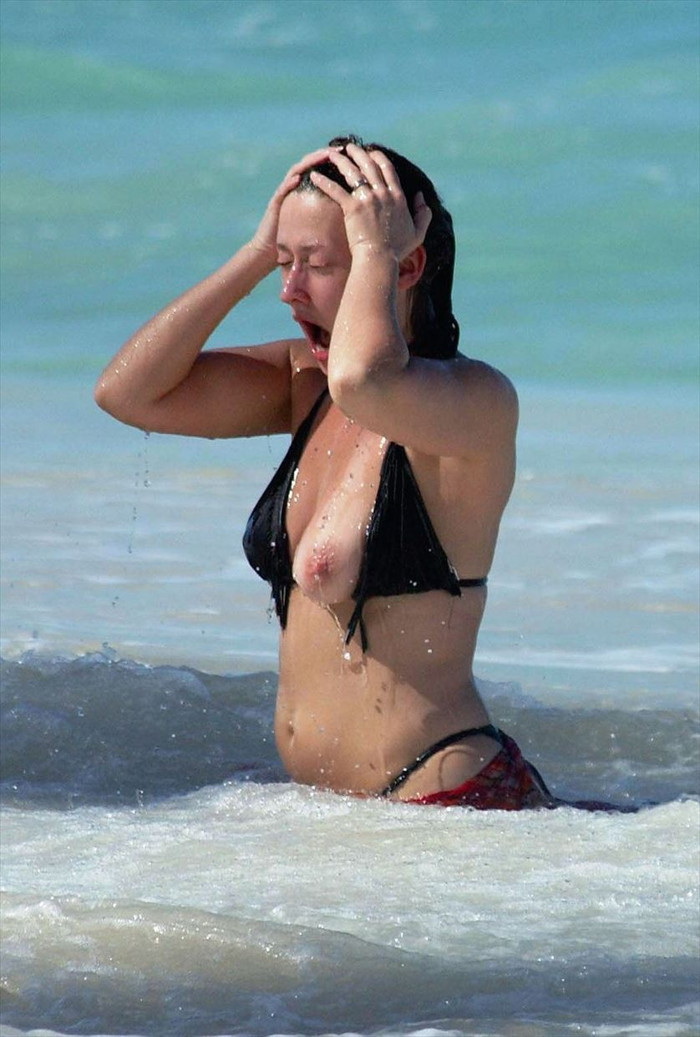 【海外ビキニハプニングエロ画像】海外の美女たちによるビキニでのエロハプニング! 05