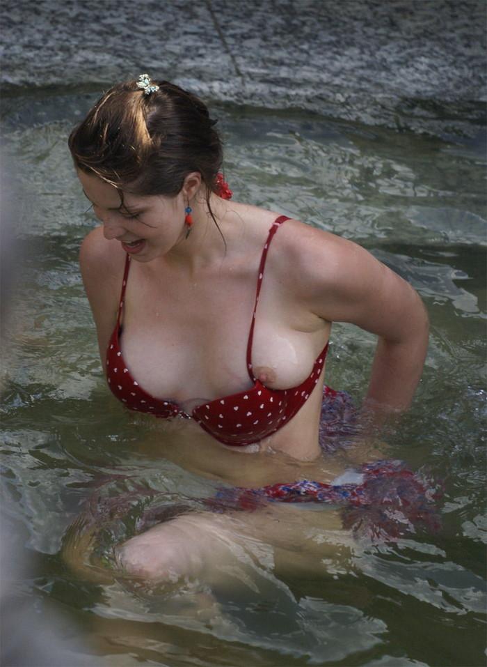 【海外ビキニハプニングエロ画像】海外の美女たちによるビキニでのエロハプニング! 15