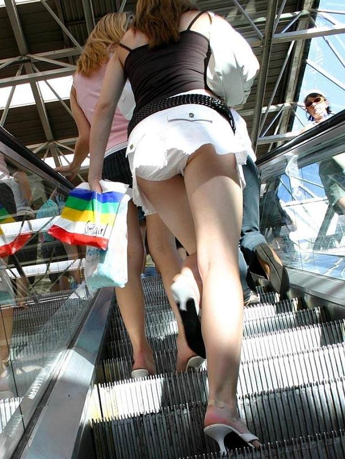【階段パンチラエロ画像】ローアングルから階段上る女を狙い撃ちしたったww 07