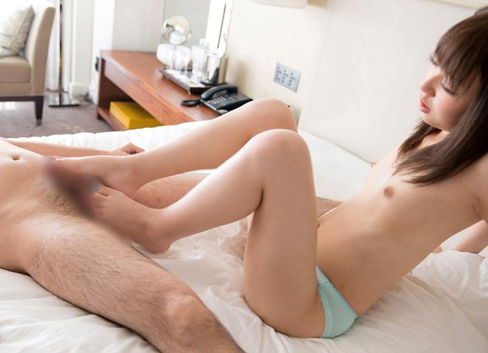 【足コキエロ画像】足でチンポをシコシコしちゃう美女たちの表情っていいね! 09