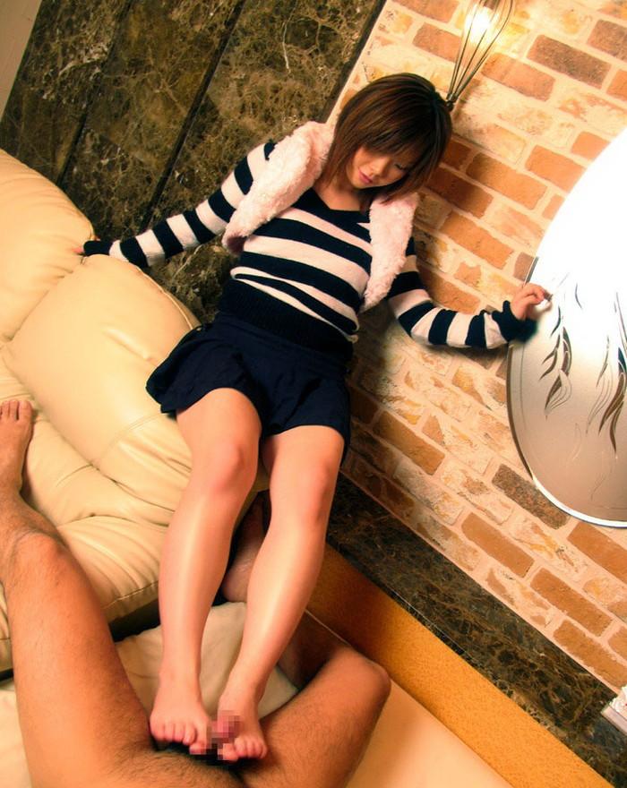 【足コキエロ画像】足でチンポをシコシコしちゃう美女たちの表情っていいね! 28