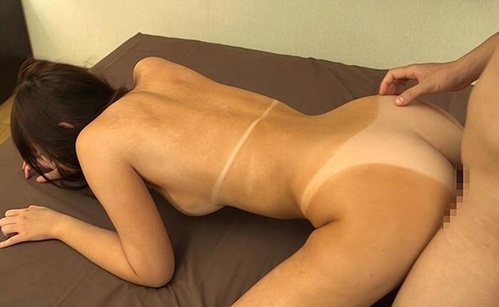 【日焼け跡セックスエロ画像】水着の跡がクッキリの日焼け跡の残る女の子のセックス! 03