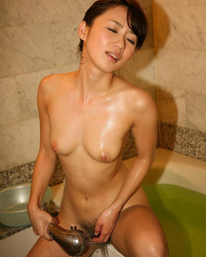 【シャワーオナニーエロ画像】シャワーから噴出した水圧を利用するオナニーがコレ!w 09