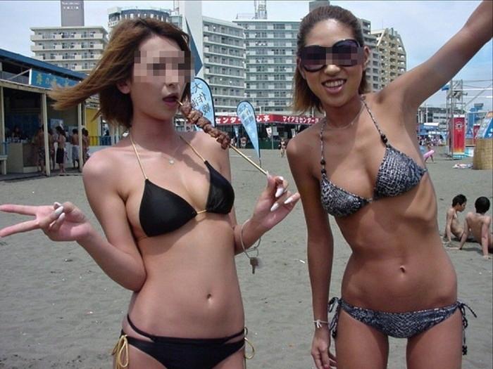 【素人水着エロ画像】無邪気にビーチで戯れる素人娘の水着姿が勃起不可避! 20