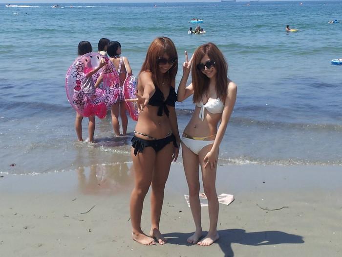【素人水着エロ画像】無邪気にビーチで戯れる素人娘の水着姿が勃起不可避! 21