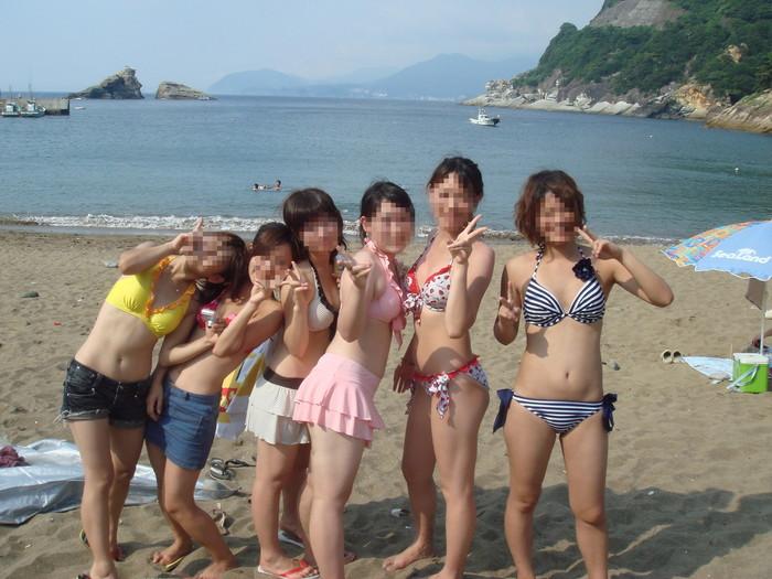 【素人水着エロ画像】無邪気にビーチで戯れる素人娘の水着姿が勃起不可避! 24
