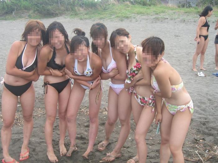【素人水着エロ画像】無邪気にビーチで戯れる素人娘の水着姿が勃起不可避! 26