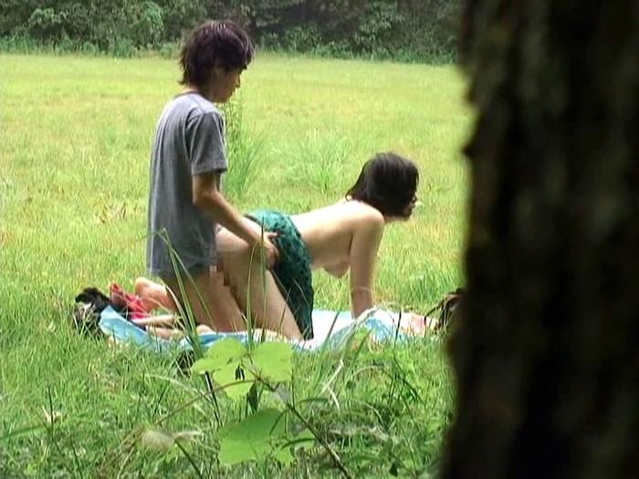 【青姦エロ画像】野外プレイのスリルに見せられたバカップルたちの成れの果てww 33