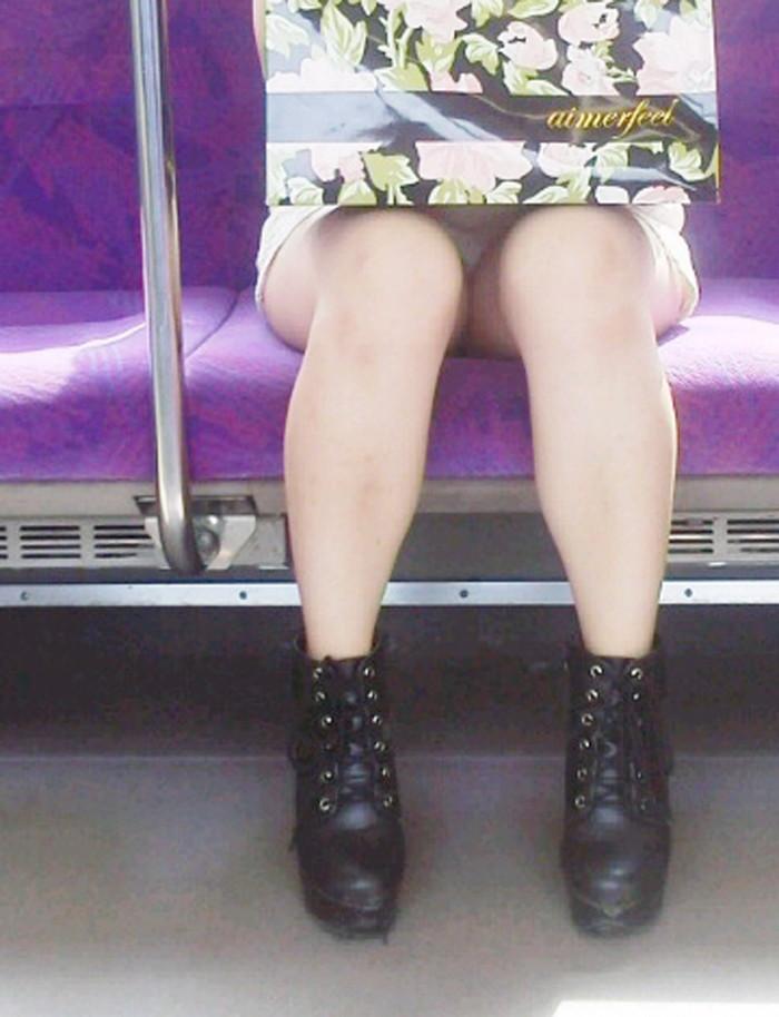【対面パンチラエロ画像】対面に座った女の子のスカートの中が気になりすぎる!w 01