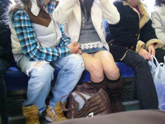 【対面パンチラエロ画像】対面に座った女の子のスカートの中が気になりすぎる!w 04