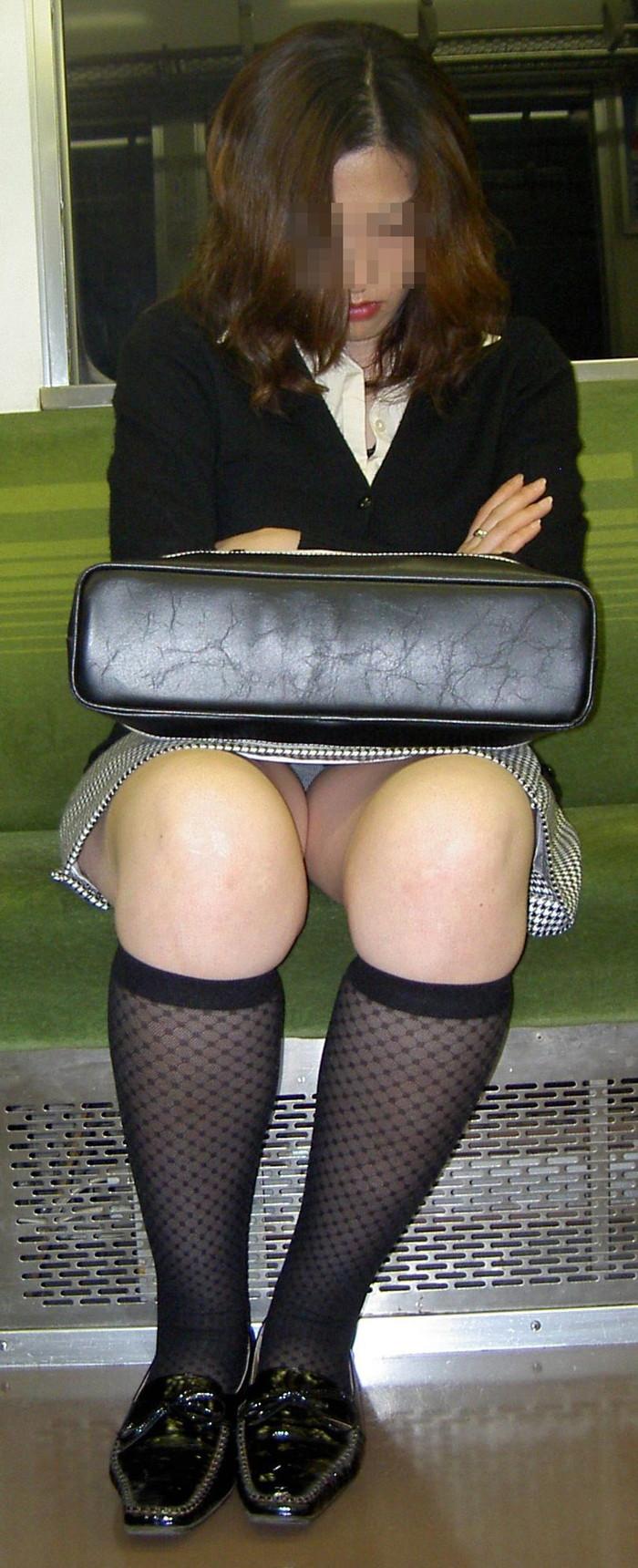 【対面パンチラエロ画像】対面に座った女の子のスカートの中が気になりすぎる!w 13