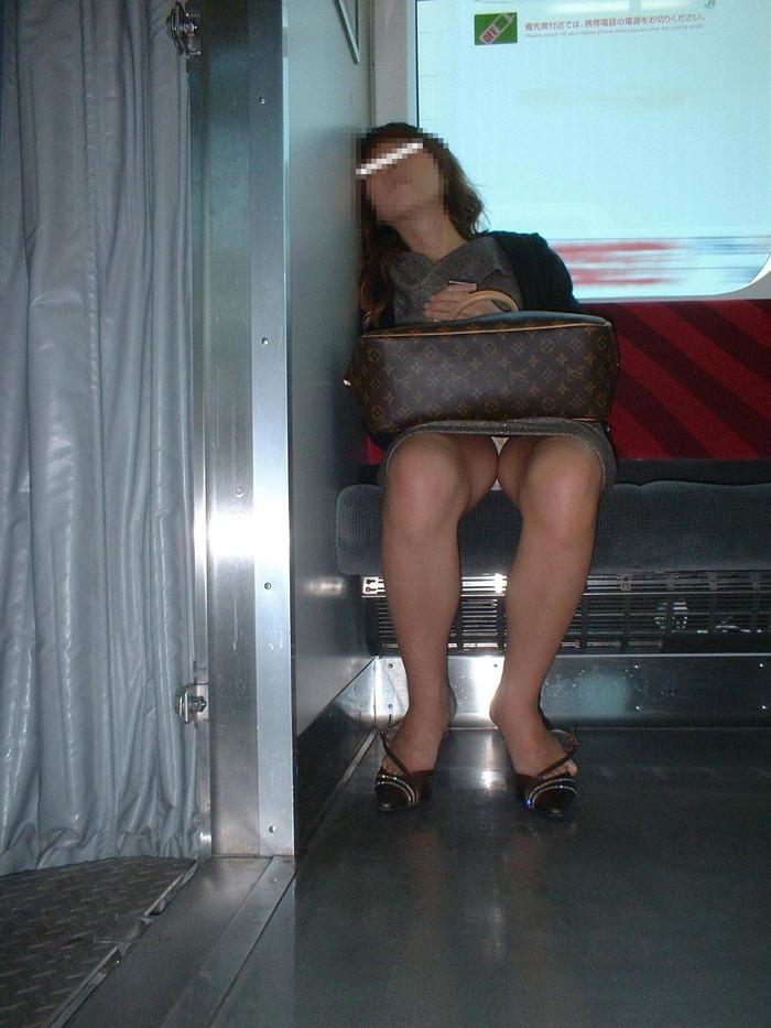 【対面パンチラエロ画像】対面に座った女の子のスカートの中が気になりすぎる!w 18