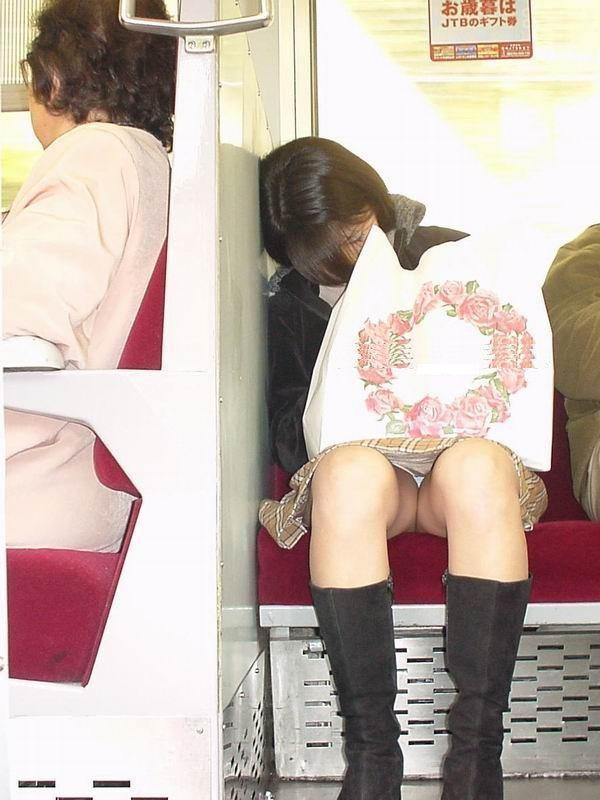 【対面パンチラエロ画像】対面に座った女の子のスカートの中が気になりすぎる!w 19