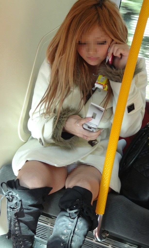 【対面パンチラエロ画像】対面に座った女の子のスカートの中が気になりすぎる!w 21