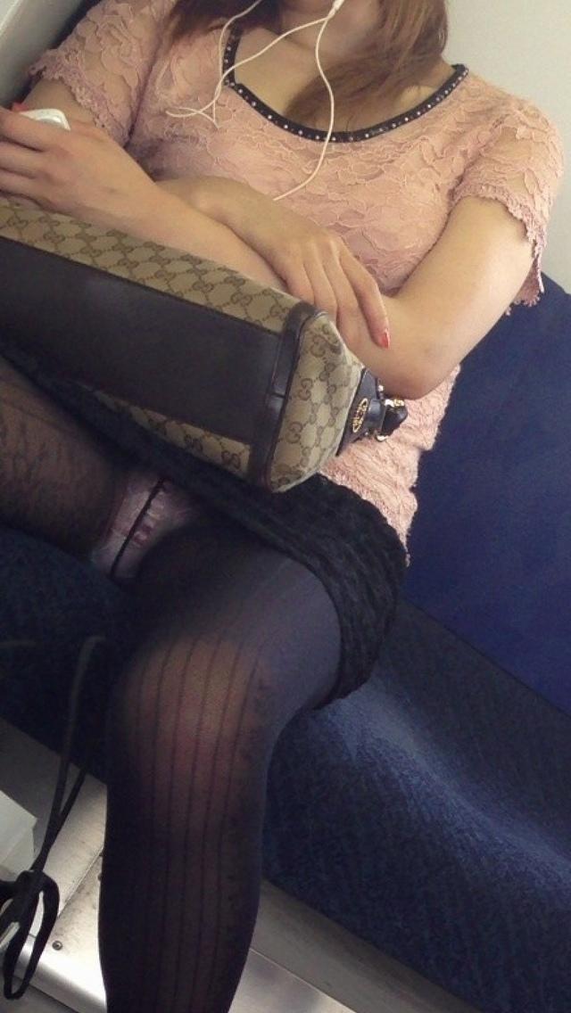 【対面パンチラエロ画像】対面に座った女の子のスカートの中が気になりすぎる!w 25