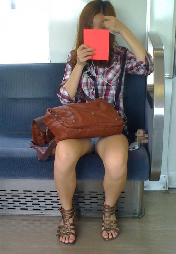 【対面パンチラエロ画像】対面に座った女の子のスカートの中が気になりすぎる!w 26