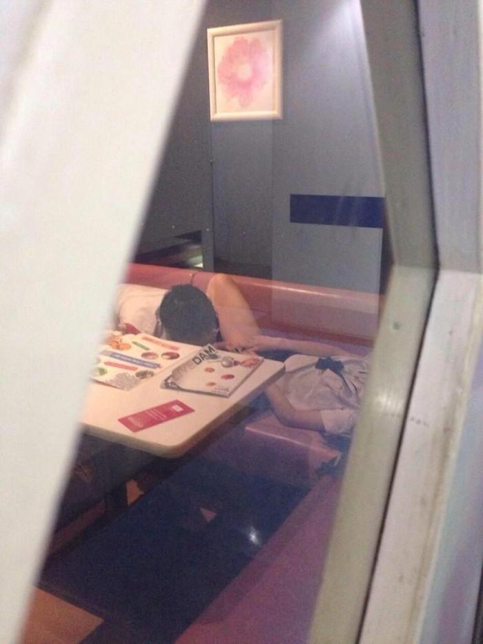【カラオケBOXエロ画像】いくら密室だと言っても、これはやり過ぎなんじゃww 05