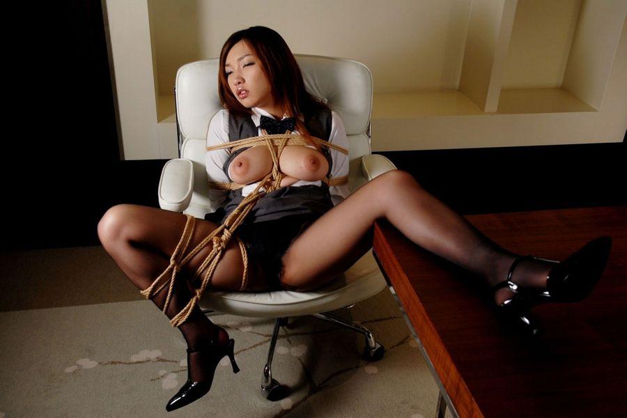 【拘束エロ画像】身体の自由を奪われた女に思いっきり悪戯したいと思わないか?