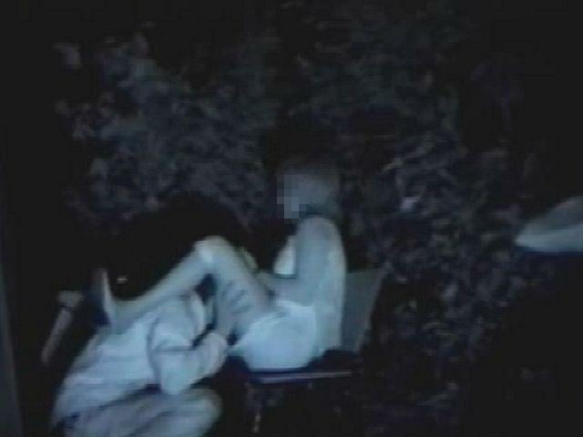 【夜の公園エロ画像】青姦スポットと呼ばれる公園を赤外線で覗いた結果ww 05